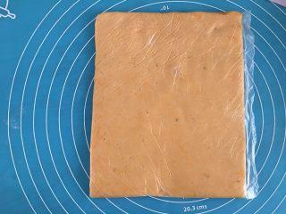 红薯棒小饼干,用手抓均匀,装入保鲜袋,用擀面杖擀成长方形