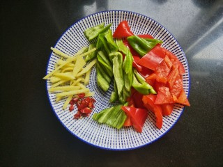 春笋炒腊肠,青椒,红椒切块,生姜切丝,干辣椒切碎。