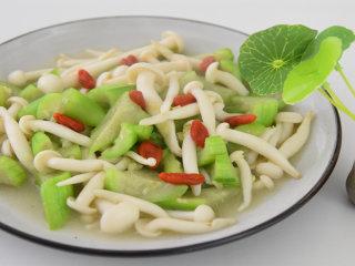 天气渐热,来份清爽又下饭的丝瓜烩白玉菇