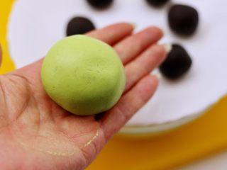 清新碧绿的青叶汁黑芝麻豆沙青团,用手的虎口处慢慢收口后揉圆