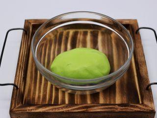 清新碧绿的青叶汁黑芝麻豆沙青团,最后用手揉成光滑细腻的面团