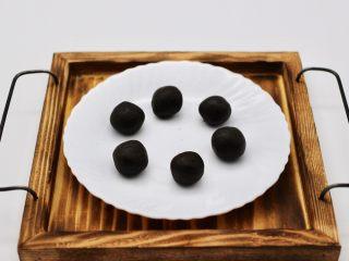 清新碧绿的青叶汁黑芝麻豆沙青团,搅拌好的馅料分成6个大小一样的、做成圆团备用
