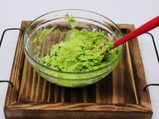 清新碧绿的青叶汁黑芝麻豆沙青团,用硅胶铲子来回翻拌