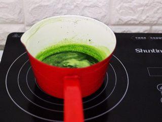 清新碧绿的青叶汁黑芝麻豆沙青团,青叶汁加热到70度左右