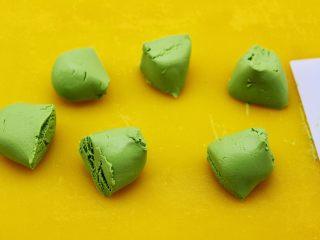 清新碧绿的青叶汁黑芝麻豆沙青团,把和好的糯米面团分成6份