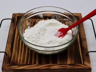 清新碧绿的青叶汁黑芝麻豆沙青团,水磨糯米粉和粘米粉混合均匀后
