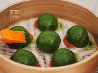 清新碧绿的青叶汁黑芝麻豆沙青团,用硅胶刷蘸少许花生油刷在刚刚出锅的青团上、这样青团的外皮就不会干裂了、而且颜值又提高了