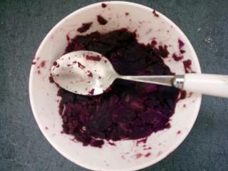 紫薯雪球,然后用勺子把紫薯压成泥