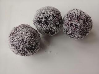 紫薯雪球,都沾上椰蓉就可以了