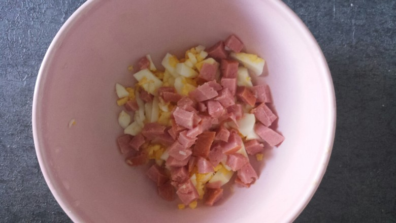 腊肠鸡蛋沙拉三明治,再放入香肠碎