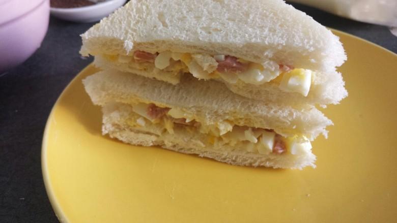 腊肠鸡蛋沙拉三明治,切成两半