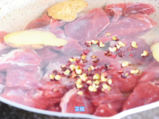 【食疗-失眠】牛肉搭配药食同源食材,功效加倍,不可错过,放入锅内,加水,生姜片,料酒。