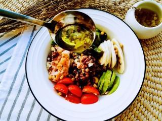 吃出好身材,三文鱼沙拉晚餐,浇上油醋汁