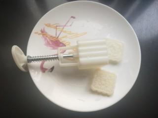 艾叶豆沙青团(月饼模具版),准备一个月饼模具,洗净。