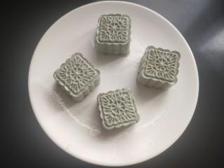艾叶豆沙青团(月饼模具版),盘中抹上食用油,将做好的艾团放入盘中。