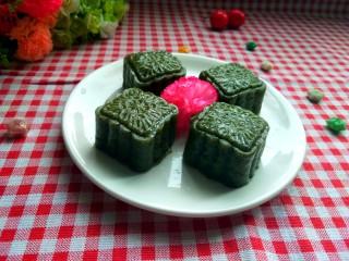 艾叶豆沙青团(月饼模具版),蒸好了,可以美美的享用了,香味浓郁哦!