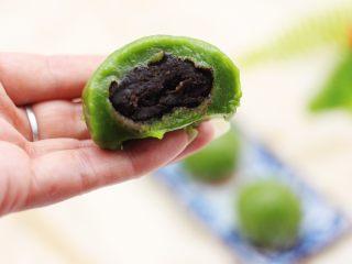 清新碧绿的青叶汁黑芝麻豆沙青团,咬一口、香糯软甜、让人欲罢不能
