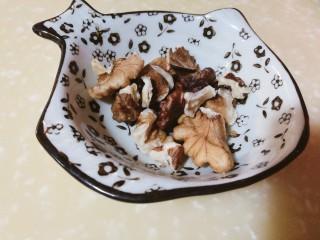 吃出好身材,三文鱼沙拉晚餐,撒上核桃碎