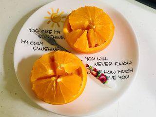 切橙子,放入盘中