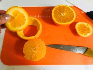 切橙子,用刀把橙子抠出,把之前切下的底部这样放进去