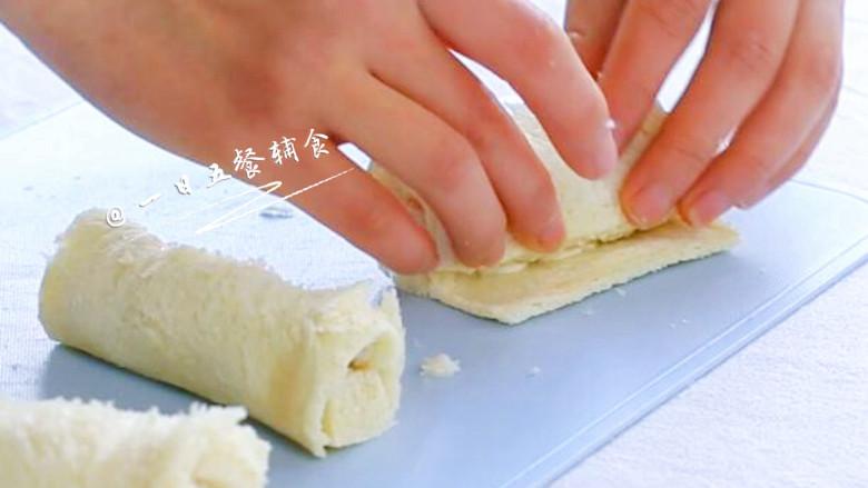 海鲜吐司卷,卷起来。馅有点多卷1圈,馅少可以卷2圈。