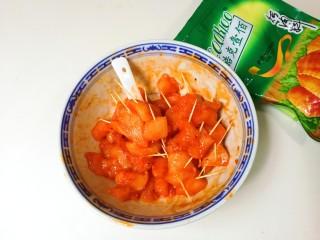 香甜白芝麻牙签肉,插上牙签放入冰箱冷藏腌制一小时