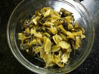春笋酸菜炒五花肉&吃出春天的味道,酸菜用水浸泡一下去除咸味,然后捞出切碎。