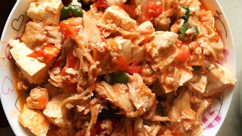 西红柿豆腐炒平菇,然后翻炒一会加入盐出锅即可。