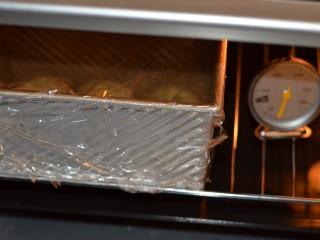 黑加仑红糖吐司(一次性发酵),盖上保鲜膜放进烤箱发酵,下面放一盆热水。