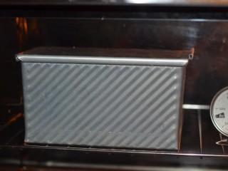 黑加仑红糖吐司(一次性发酵),放进预热好的烤箱中。上下管180度,40分钟。如果没盖盖子,放烤箱最底层,烤5-10分钟期间观察上色及时盖锡纸,防止上色过度。