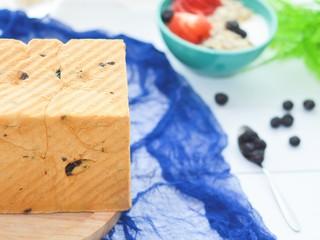 黑加仑红糖吐司(一次性发酵),烤好后立即从模具中取出,放烤架上放凉。放凉后再切片或者直接撕着吃。