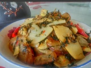 农家干菜油焖春笋,《农家干菜油焖笋》。上桌了! 想知道味道如何?趁着清明前后的出笋季节。厨友们赶紧的做了吃哟!保证你一尝忘不掉。