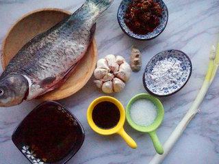 豆瓣鲫鱼,提前将原材料准备好 叨叨叨:鲫鱼处理干净内脏和鱼鳃,以免有腥味