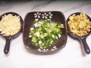 豆瓣鲫鱼,将大蒜、老姜切碎;葱切成花