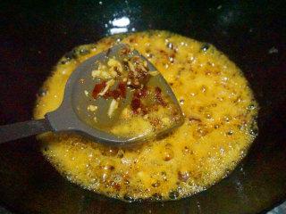 豆瓣鲫鱼,锅内留适量底油,下大蒜、老姜、豆瓣酱炒香,炒出红油,然后下豆豉炒香