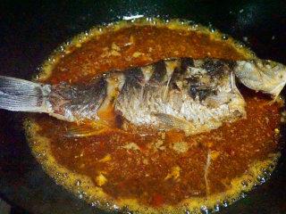 豆瓣鲫鱼,将鱼下入锅中大火烧开,小火7-8分钟 叨叨叨:小火才能入味把豆瓣、姜蒜的香味融入其中