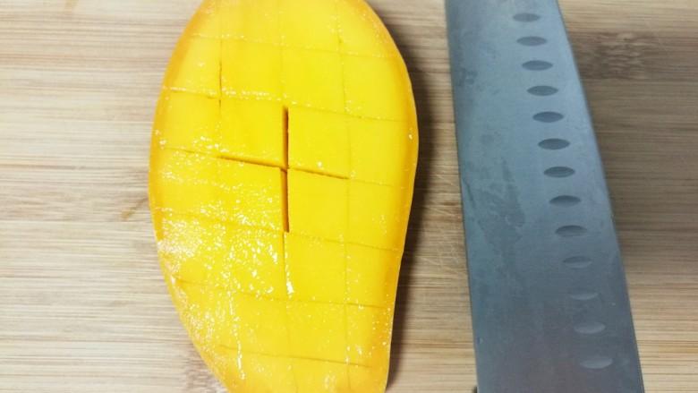 酸奶水果捞,然后再竖切,切成十字花刀。