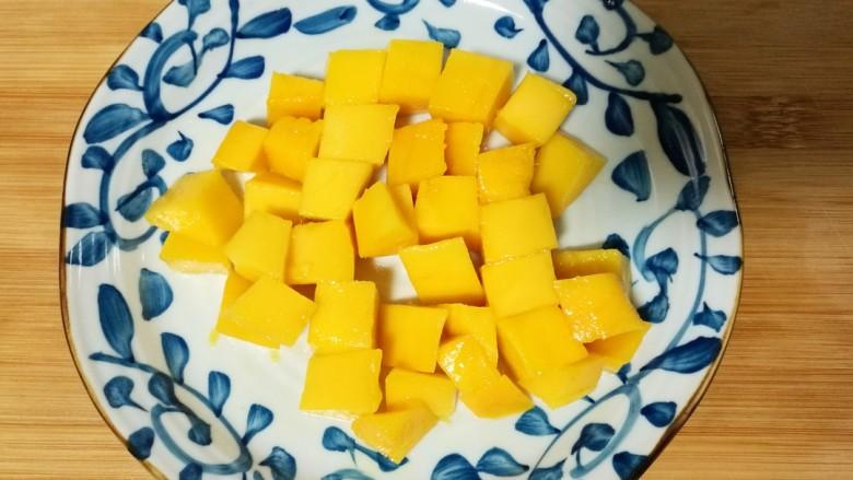 酸奶水果捞,沿着皮把果肉切下。