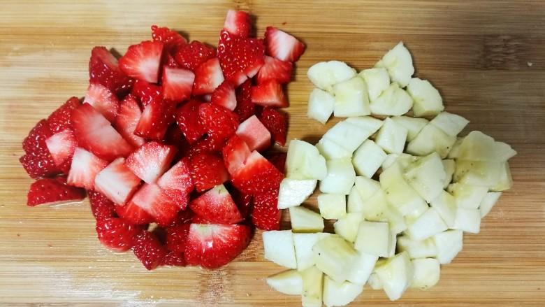 酸奶水果捞,草莓切丁,香蕉剥皮也切成丁。