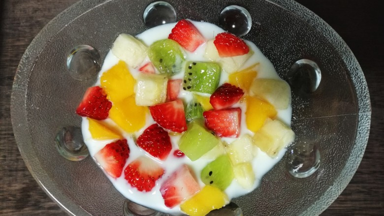 酸奶水果捞,然后加入四种水果丁。