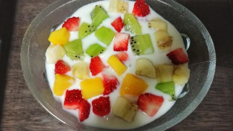 酸奶水果捞,再加入一层水果丁。