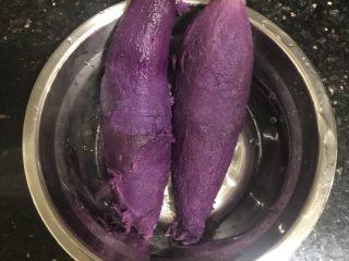 双色馒头,煮熟红薯和紫薯剥皮(忘记照红薯🤣)