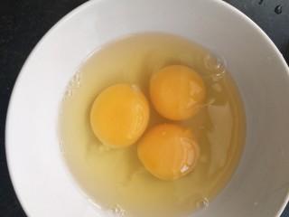妈妈味道~香椿炒鸡蛋,碗中打三个鸡蛋。