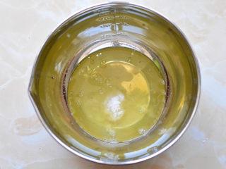 抹茶杯子蛋糕,蛋黄和蛋清分离,分离好的蛋清放在打蛋盆里面,加入白糖