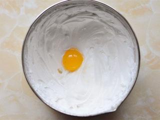 抹茶杯子蛋糕,打发好的蛋清里面依次加入蛋黄  打完一个蛋黄,再放下一个蛋黄,