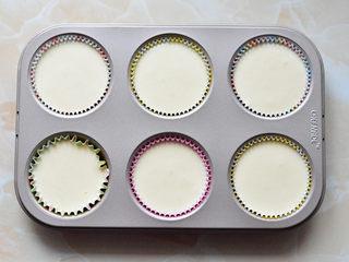 抹茶杯子蛋糕,装入六连模中九分满,还剩下一点点面糊,另外装了2个纸杯