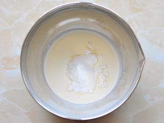 抹茶杯子蛋糕,淡奶油放入至打蛋盆里面,加入糖粉进行打发