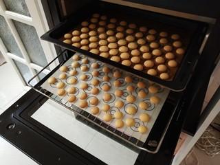 童年蛋黄小饼干,出炉啦,上色非常均匀,超级香