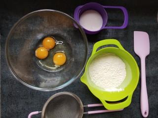 童年蛋黄小饼干,准备好所有材料和工具,将一个全蛋和两个蛋黄放入打蛋盆中