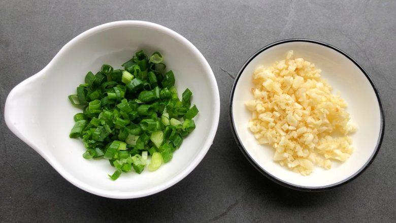 蒜蓉里脊肉,把蒜去皮切末,越碎越好,葱洗净切葱花